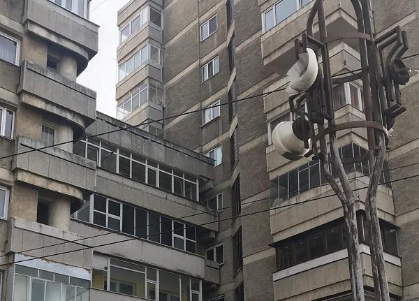Cu fereastra-n balconul vecinului